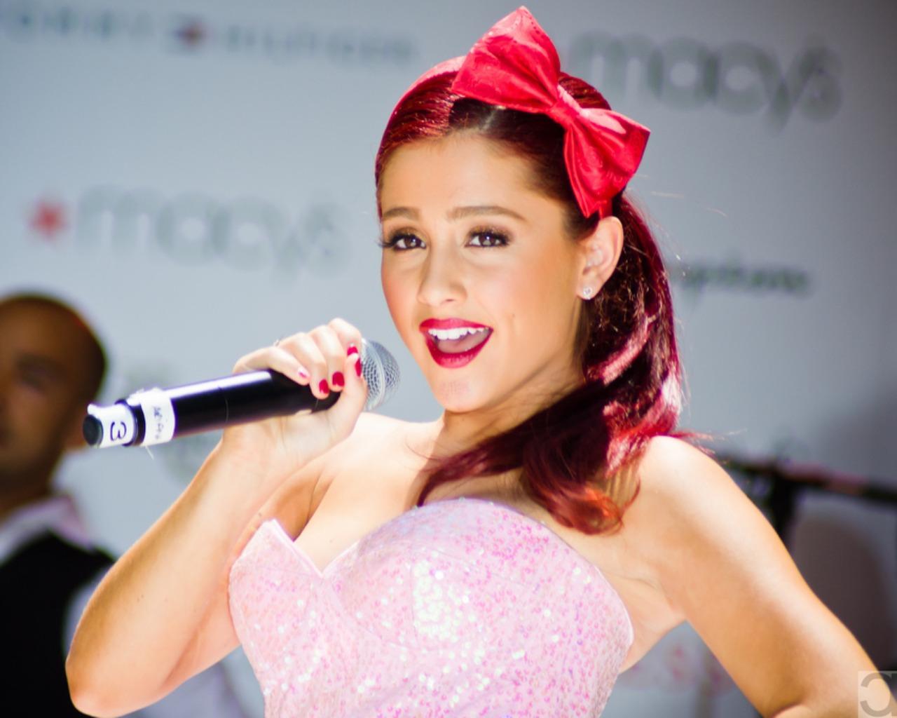 10 Ariana Grande Hairstyles