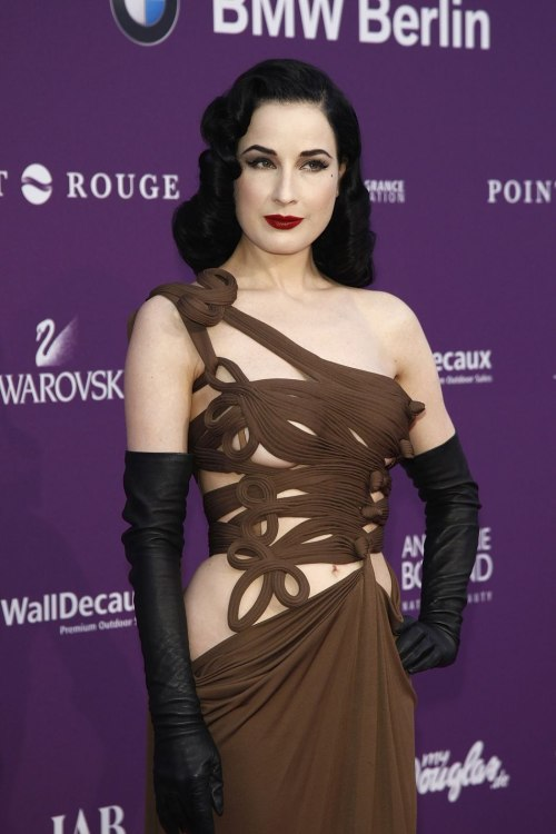 15 Gothic Red Carpet Looks