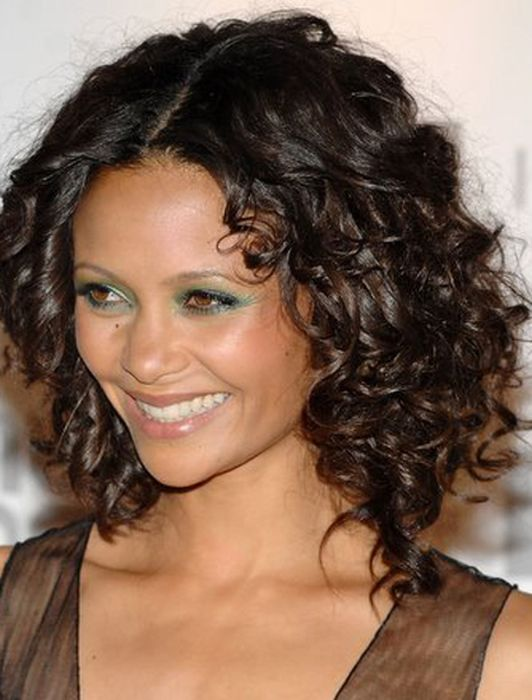 Прически на волосы средней длины на вьющиеся волосы